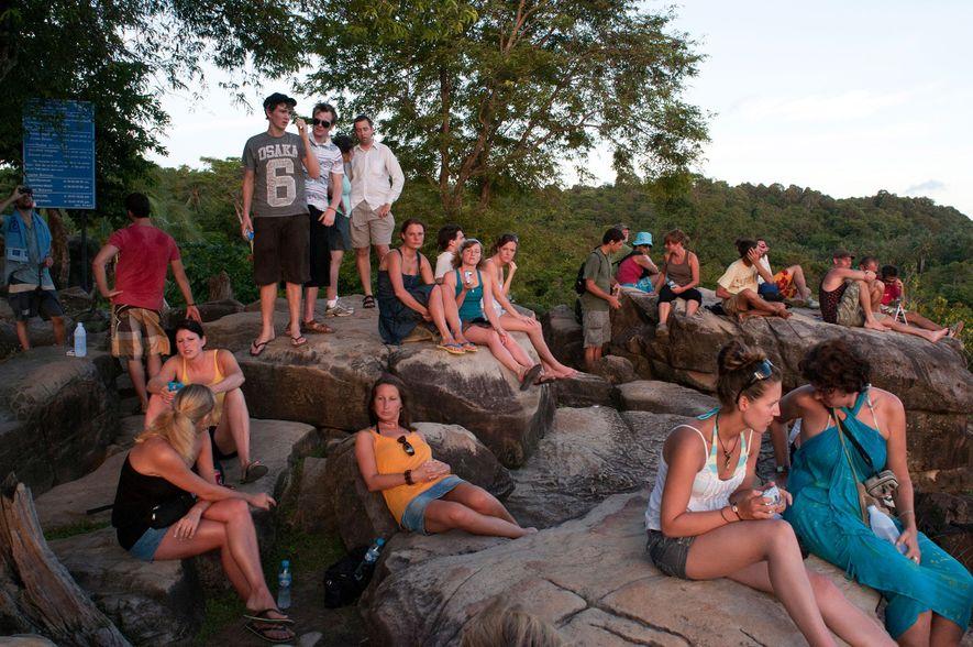 Los turistas contemplan el atardecer desde el mirador de Pee Pee en la isla Ko Phi Phi, un destino cada vez más popular.