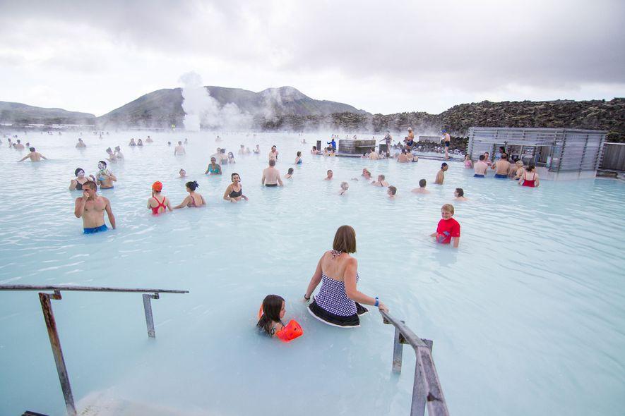 Los baños termales de la Laguna Azul son uno de los destinos más populares en Islandia.