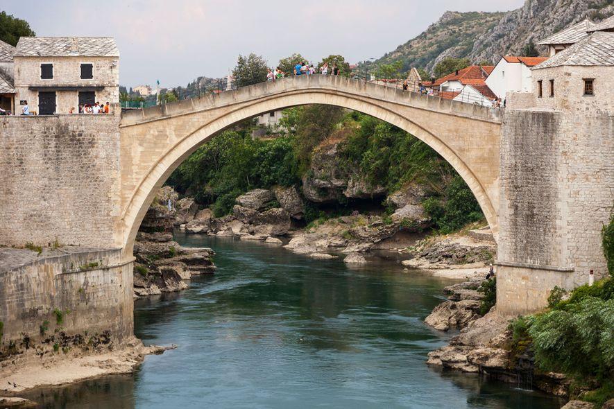Aventúrate a la vecina Bosnia y Herzegovina para visitar el Stari Most (Puente Viejo), un lugar Patrimonio de la Humanidad de la UNESCO.