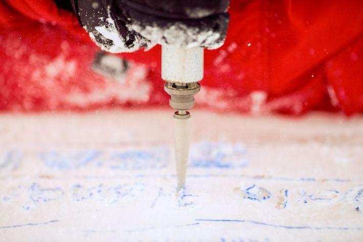 Un tallista de hielo crea un instrumento musical