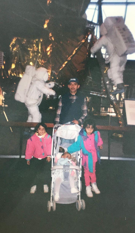 Alam, su padre y sus hermanas