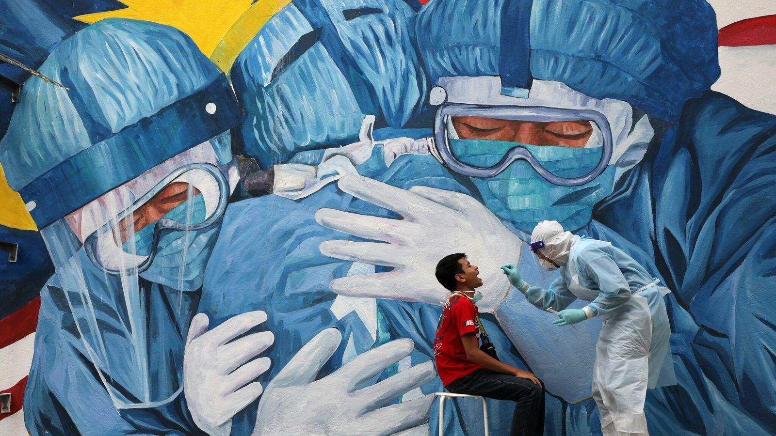 Un médico realiza un hisopado