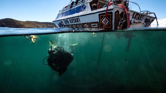 Foto de un investigador en el lago Titicaca