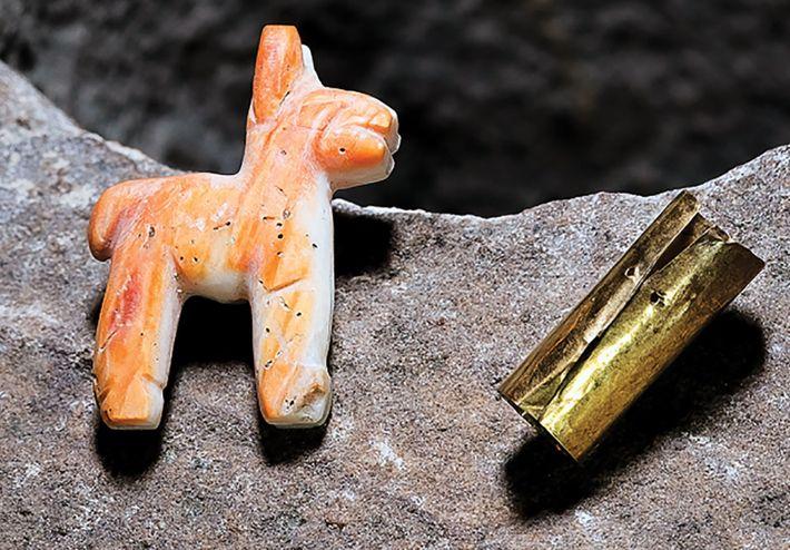 Foto de una llama y un brazalete inca