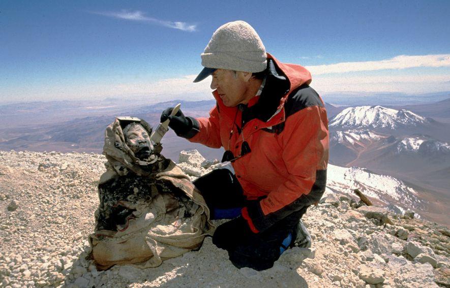 El antropólogo Johan Reinhard descubre en 1999 los restos congelados de 500 años de antigüedad de ...
