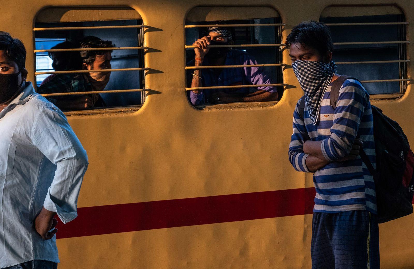 Trabajadores migrantes en el tren