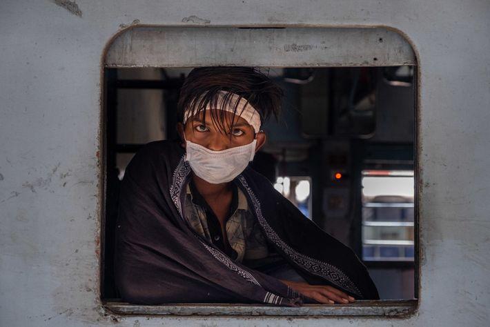 Un joven espera a que salga su tren