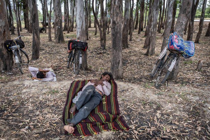 Trabajadores migrantes durmiendo