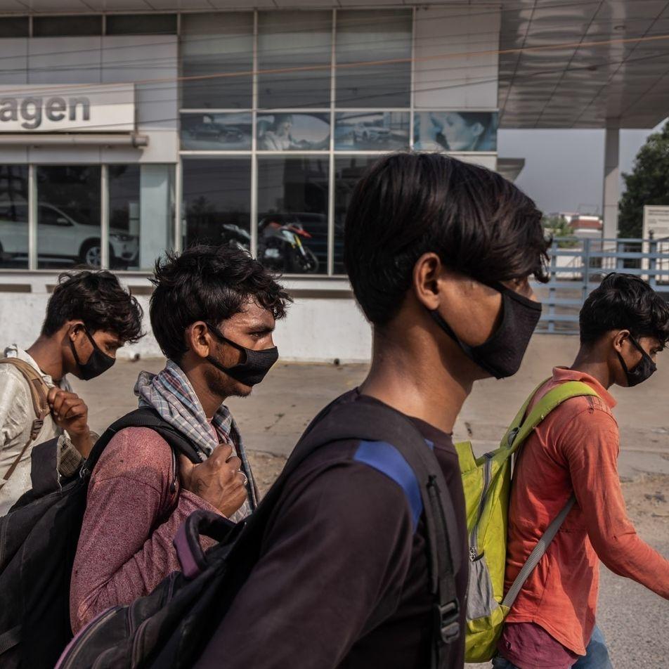 «Nos tratan como a perros callejeros»: los trabajadores migrantes huyen de las ciudades de la India