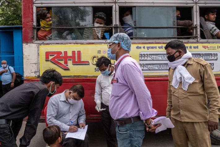 Esperando el autobús en Lucknow