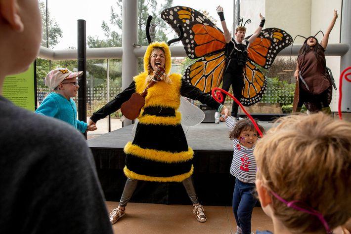 Adultos vestidos de mariposa, abeja y cucaracha