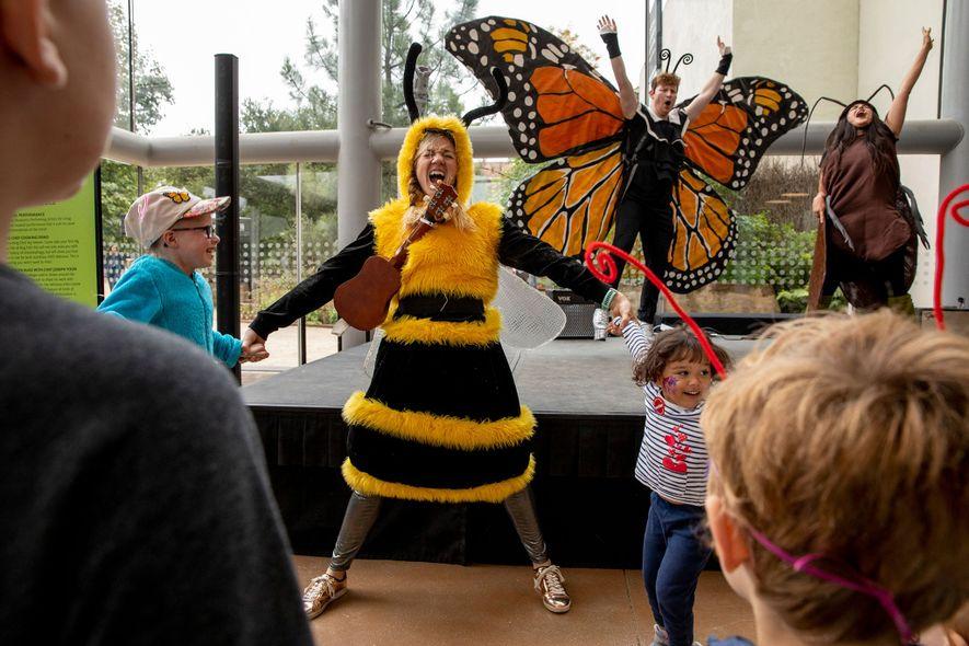 Adultos vestidos de mariposa, abeja y cucaracha actúan en una obra para niños en la Bug Fair. El miedo a los insectos puede comenzar en una edad temprana. Su mala reputación ha provocado que el campo de la entomología tenga una financiación insuficiente.