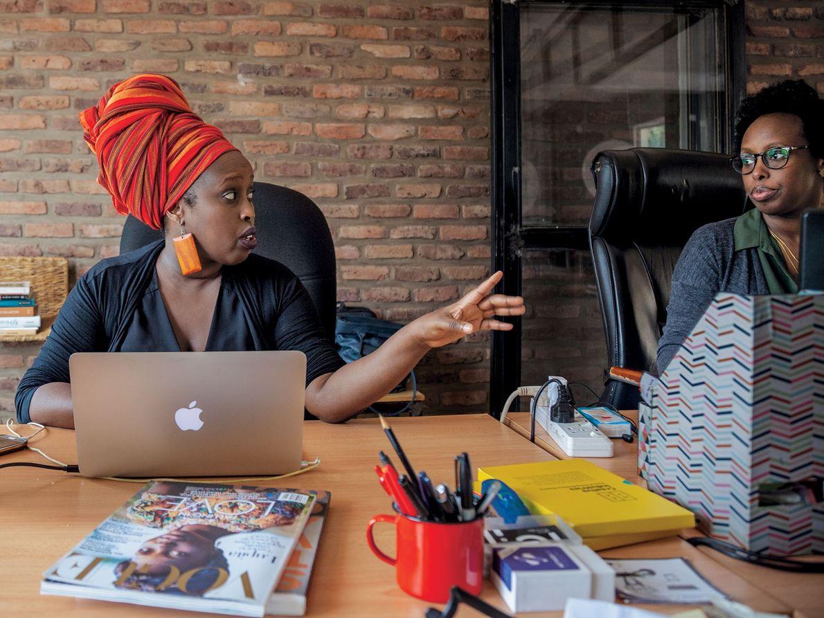 Anne Mazimhaka (izq.) cofundó Illume Creative Studio para cambiar las percepciones de Ruanda —sobre todo lo …