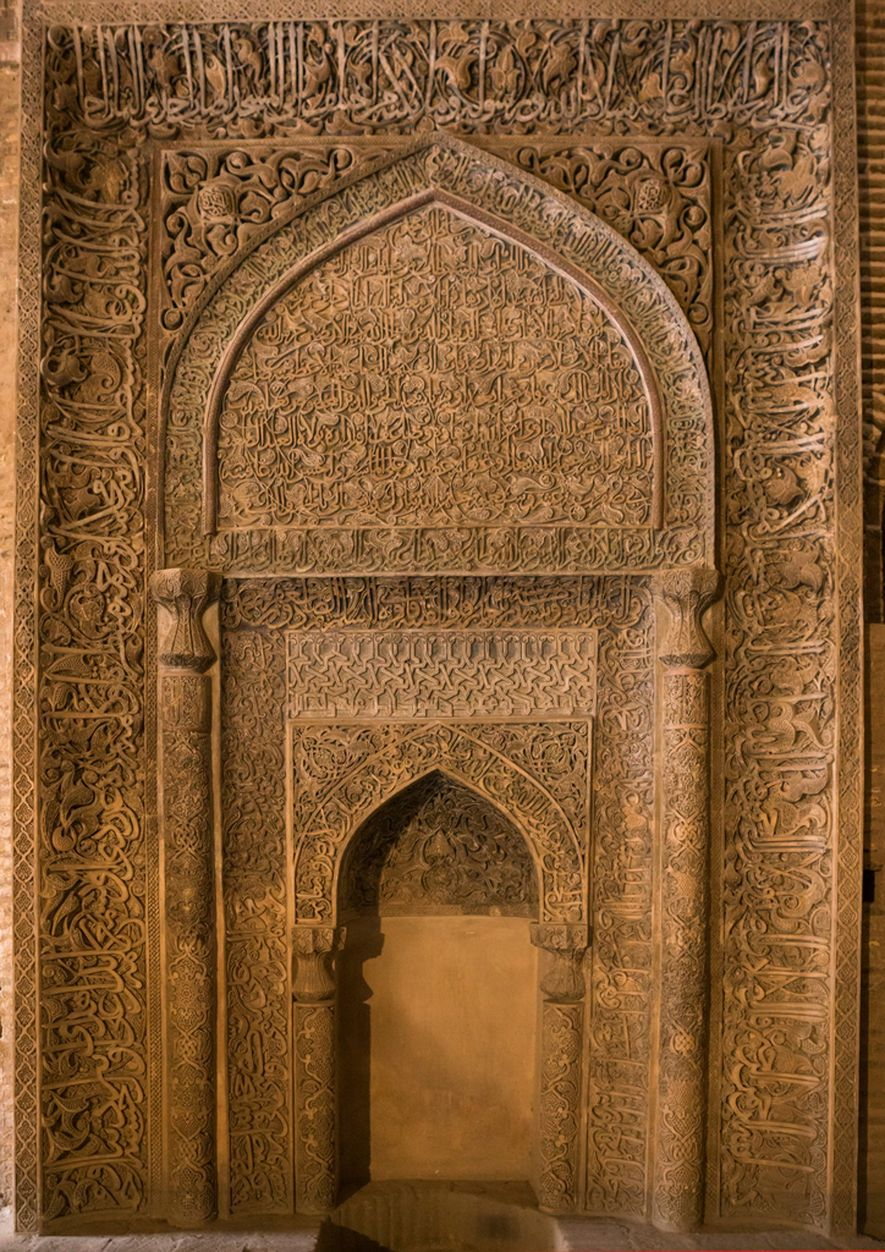 Este mihrab con grabados elaborados en la mezquita del Viernes de Isfahán indica a los fieles ...