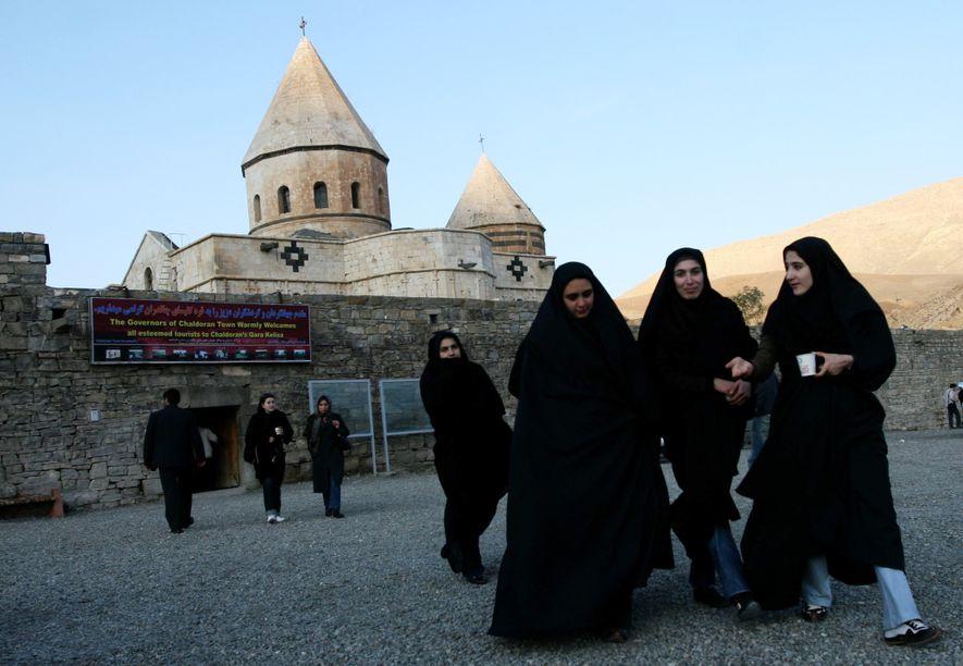 Las mujeres iraníes musulmanas visitan Qara Kelisa (Iglesia Negra), lugar Patrimonio de la Humanidad de la ...