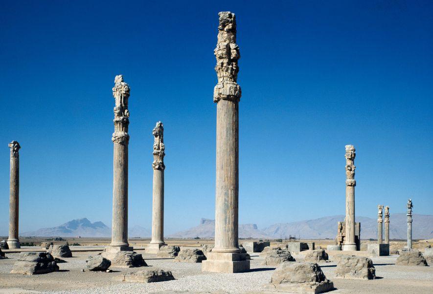 Las columnas de un palacio real de 2500 años permanecen en pie en Persépolis, la antigua ...