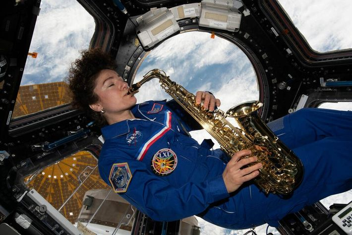 Jessica Meir toca el saxofón