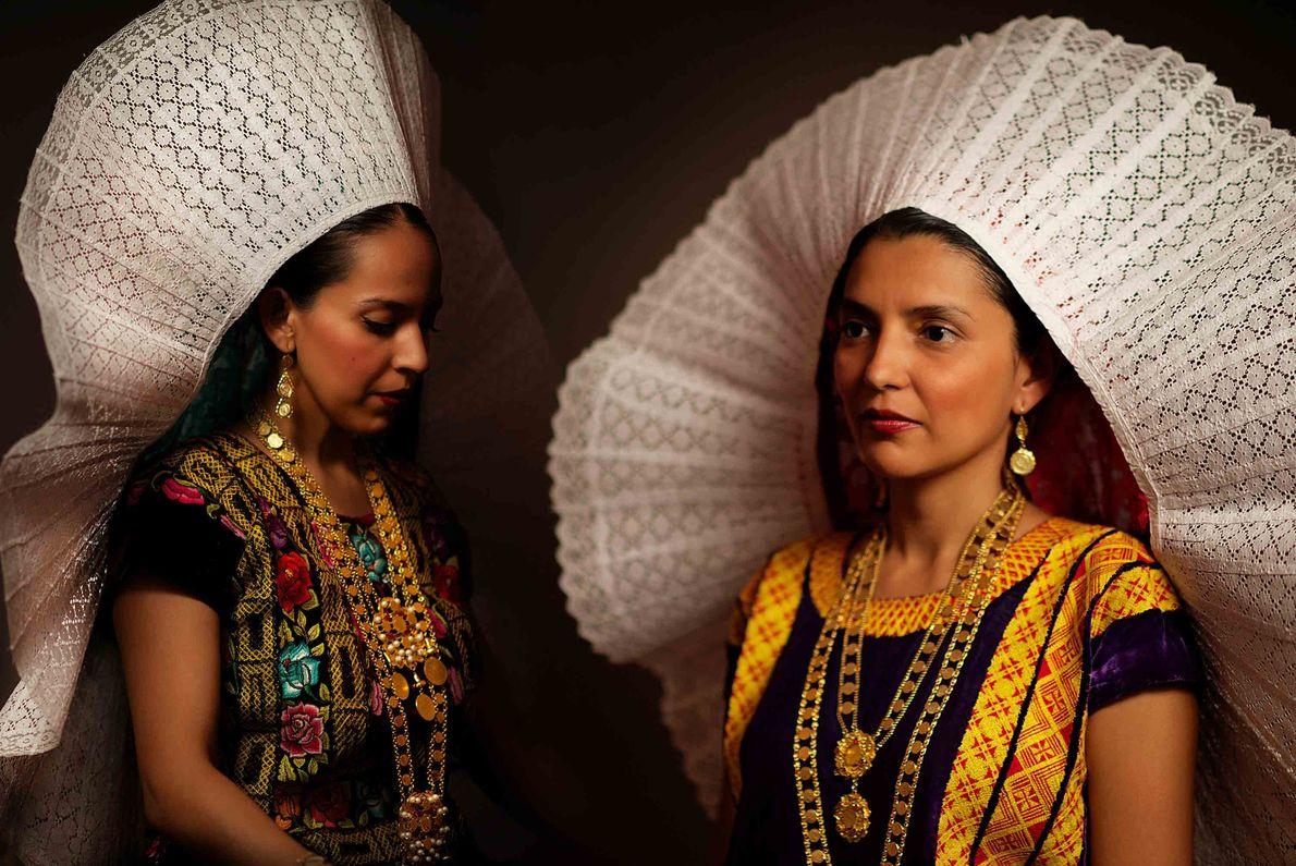 Dos hermanas vestidas con un bidani roo