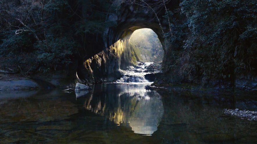 La luz del sol crea la forma de un corazón al atravesar esta cueva japonesa