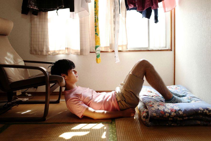 Chujo, de 24 años, lleva dos años siendo hikikomori. Sueña con convertirse en un cantante de ...