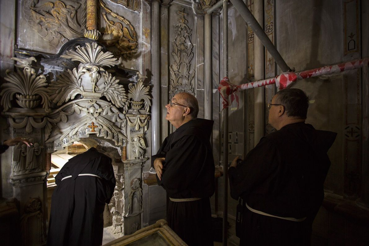 Monjes franciscanos visitan la iglesia del Santo Sepulcro