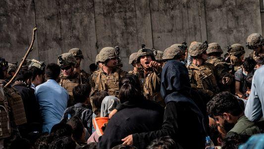 Así está siendo la caótica retirada occidental de Afganistán tras la reconquista talibán, en imágenes