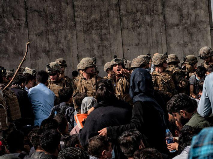 Soldados ante una muchedumbre en Kabul