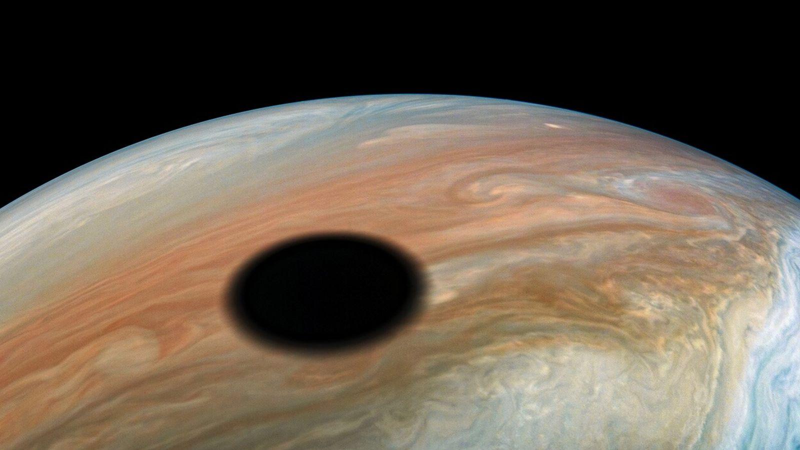 Imagen de la sombra de Ío sobre Júpiter