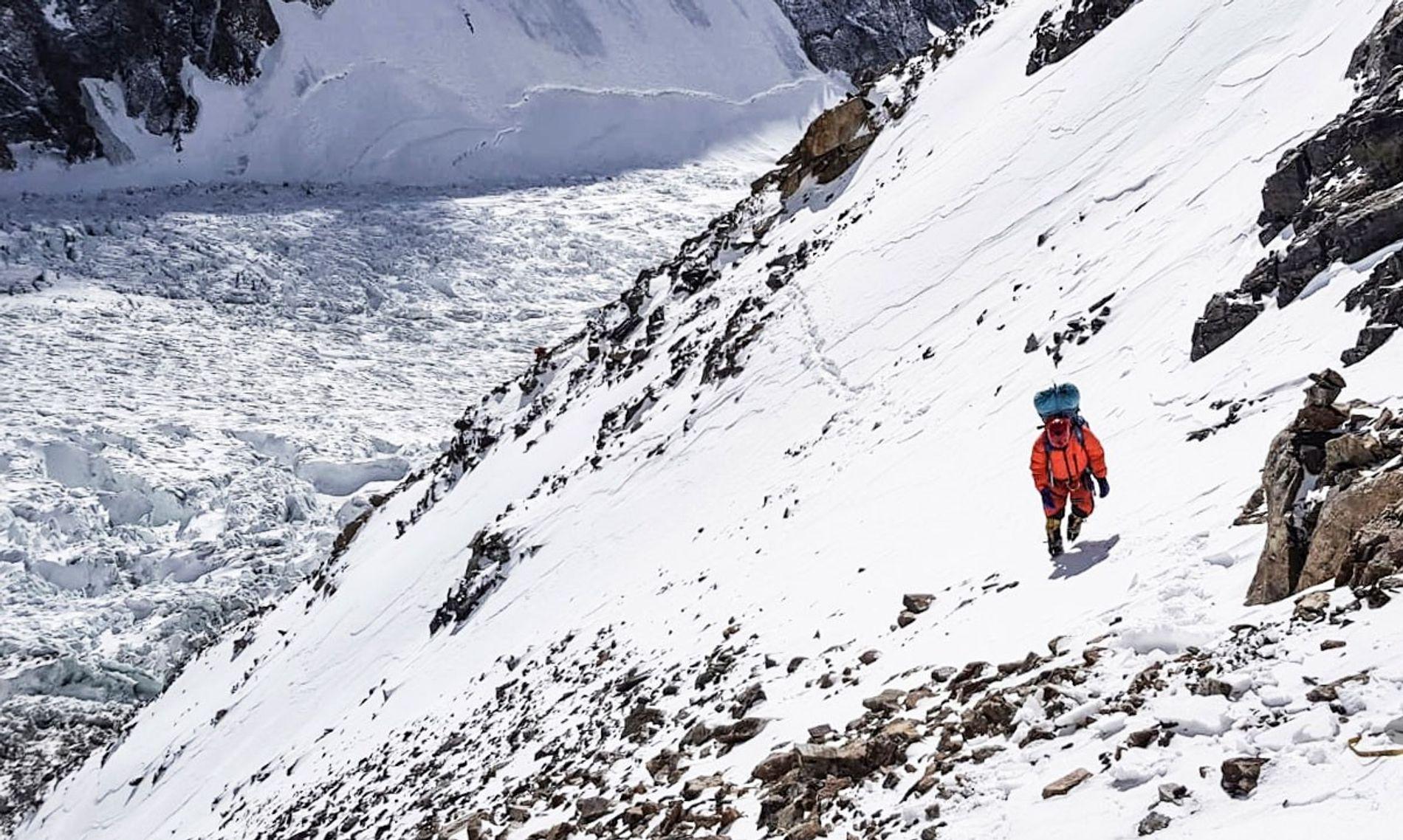 Un miembro de un equipo de escalada dirigido por el español Alex Txikon sube por el K2. Este invierno, hay dos expediciones por la montaña. En la de Txikon participan varios sherpas nepalíes y escaladores polacos. El otro equipo está compuesto por escaladores de élite de Rusia, Kirguistán y Kazajistán.