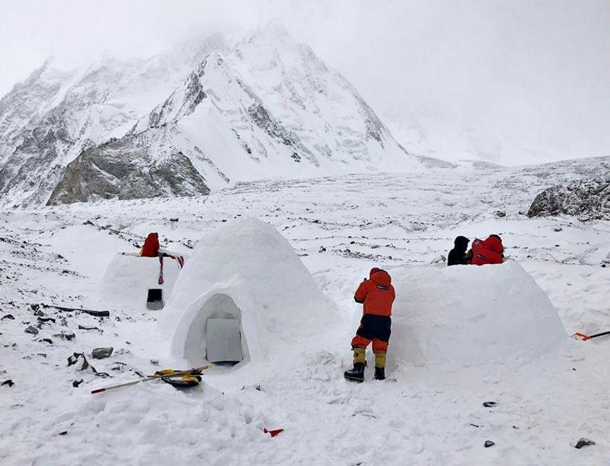 El equipo de Txikon construyó tres grandes iglúes, que tienen una temperatura de 10 a 15 grados superior que las tiendas de invierno y ofrecen un mejor cobijo del ruido ensordecedor de los vientos incesantes. Los alpinistas han recurrido durante mucho tiempo a la construcción de cuevas de nieve para vivacs durante el ascenso, pero usar los iglúes en un campamento base de invierno es una estrategia novedosa.