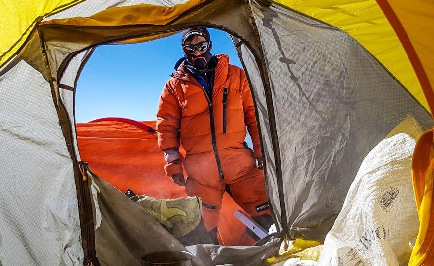 Un miembro del equipo de Txikon supervisa las tiendas del Campamento 2. Las expediciones deberán encumbrar la montaña antes del 20 de marzo, el final del invierno astronómico, para que se considere la primera escalada del K2 en invierno.