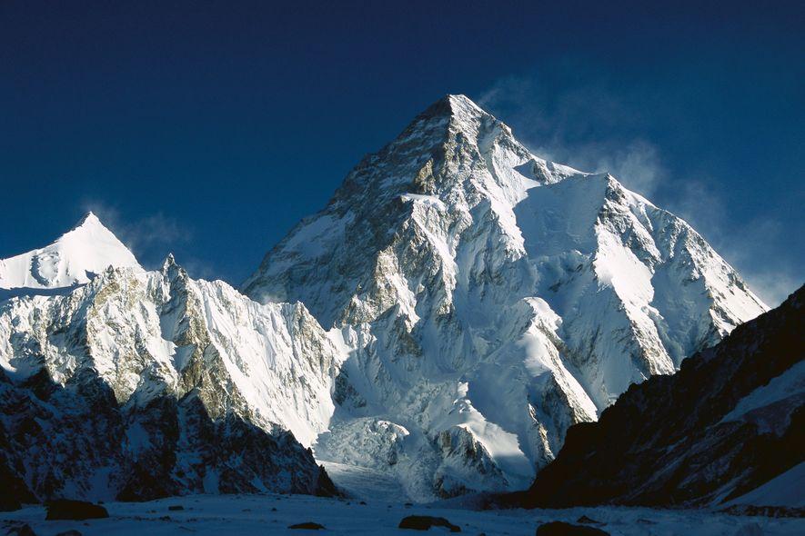 El K2, el segundo pico más alto del mundo, se encuentra en la cordillera del Karakórum, en la frontera entre China y Pakistán. De las 14 montañas de 8.000 metros del planeta, es la única que se ha encumbrado en invierno.