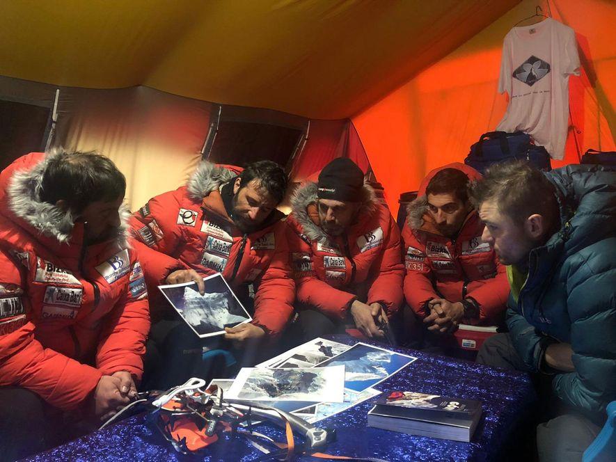 En el campamento base, Txikon muestra a su equipo un mapa de la montaña y debate cómo colocar cuerdas fijas y campamentos a lo largo de la ruta principal, conocida como cresta de Abruzzi.