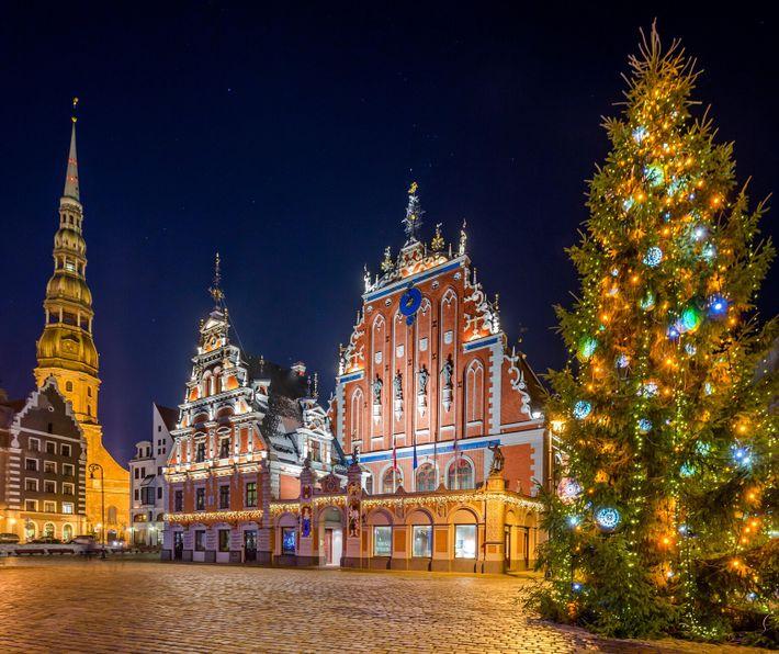 Un árbol de Navidad frente a la iglesia de san Pedro