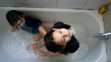 Estas imágenes revelan la intensidad de la maternidad durante el confinamiento