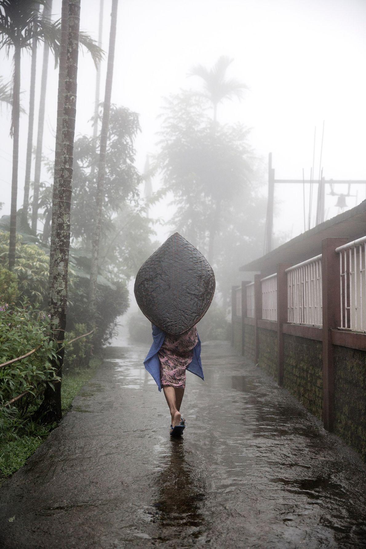 Mujer con un paraguas khasi