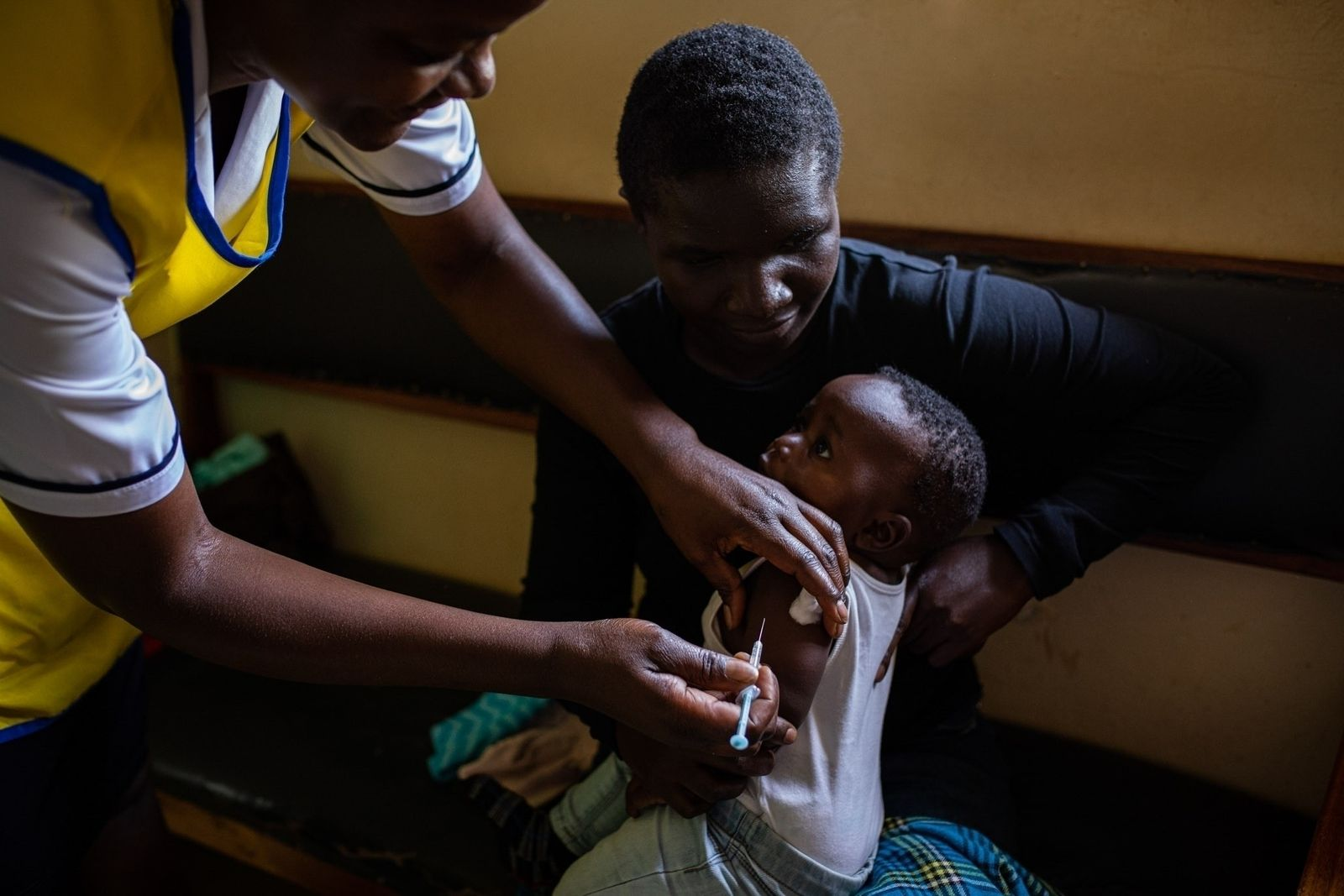 Bebé recibe la vacuna contra la malaria