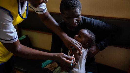 Una nueva vacuna contra la malaria suscita esperanza, pero las medidas más baratas siguen siendo útiles