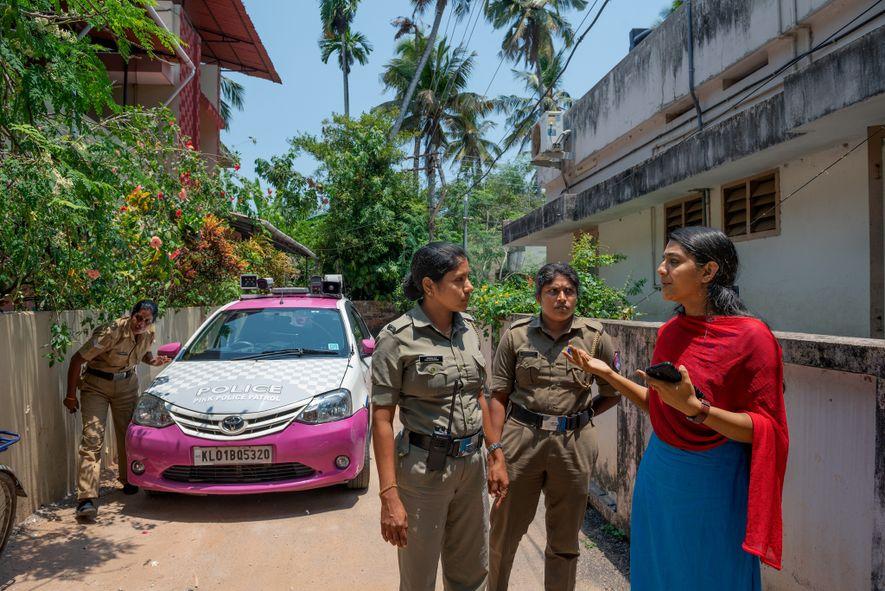 Agentes de la Pink Police Patrol de Kerala responden a un caso de allanamiento por parte ...