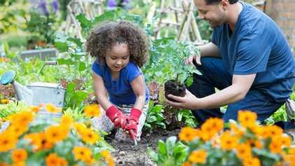 La jardinería puede enseñar a los niños aptitudes útiles para la vida