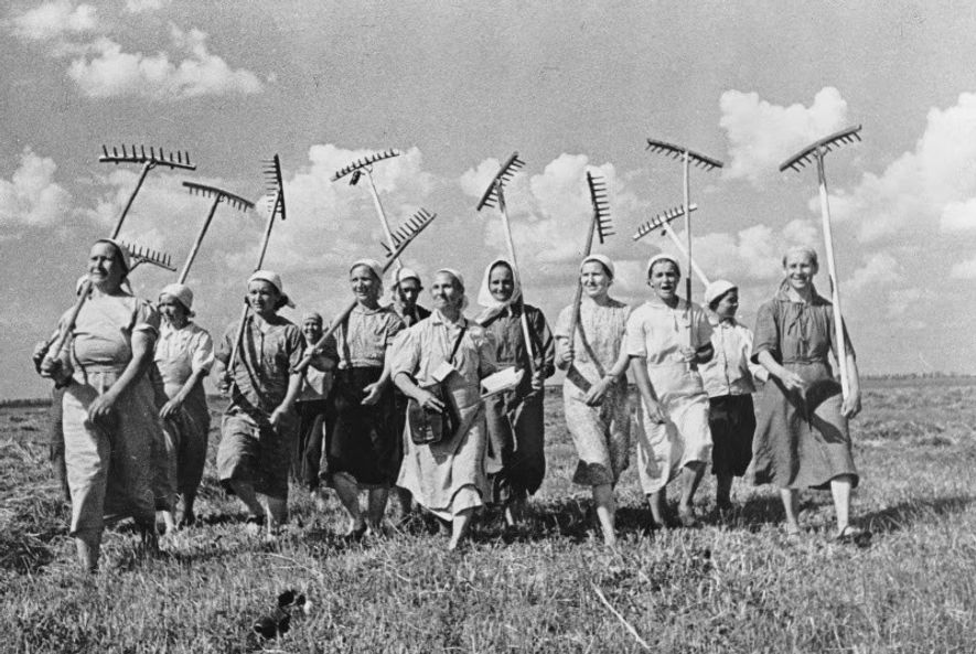 La propaganda soviética manipulaba la realidad para ofrecer una imagen de idílica existencia en las granjas ...