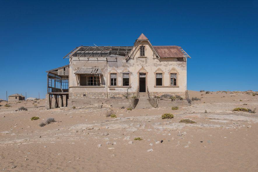 Kolmanskop, un fascinante recordatorio del tiempo, la destrucción y la mortalidad, está desapareciendo en el desierto.