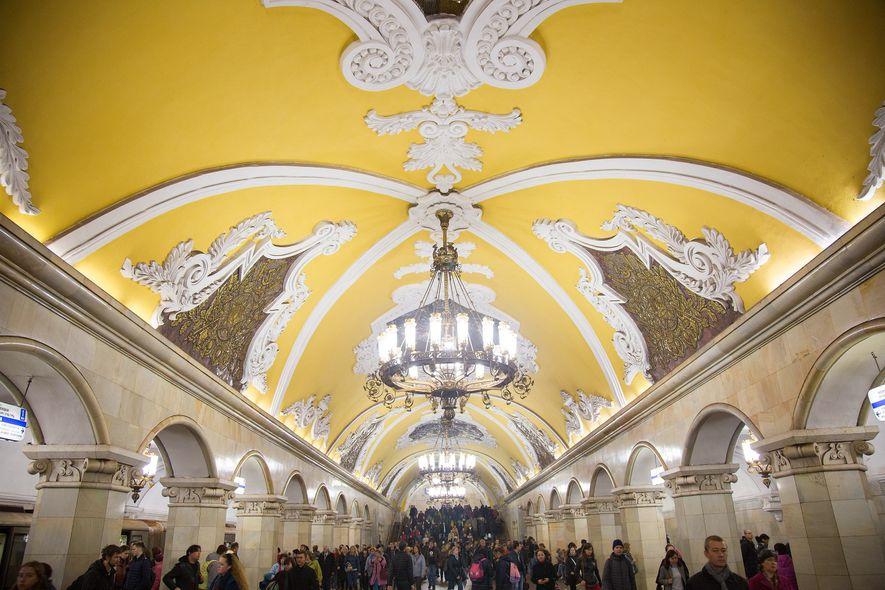 Estación de metro de KomsomolskayaHipnóticas columnas de mármol —68 en total— iluminadas por lámparas de araña ...