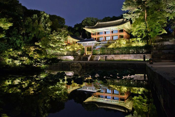 """Palacio de Changdeokgung iluminado durante el """"tour de la luna llena"""" en Seoul. El palacio, que ..."""