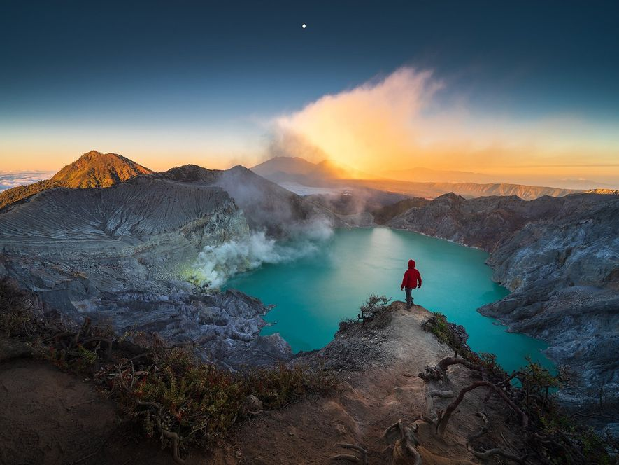 Un lago de cráter de color aguamarina y con acidez alta resplandece sobre el volcán Kawah ...