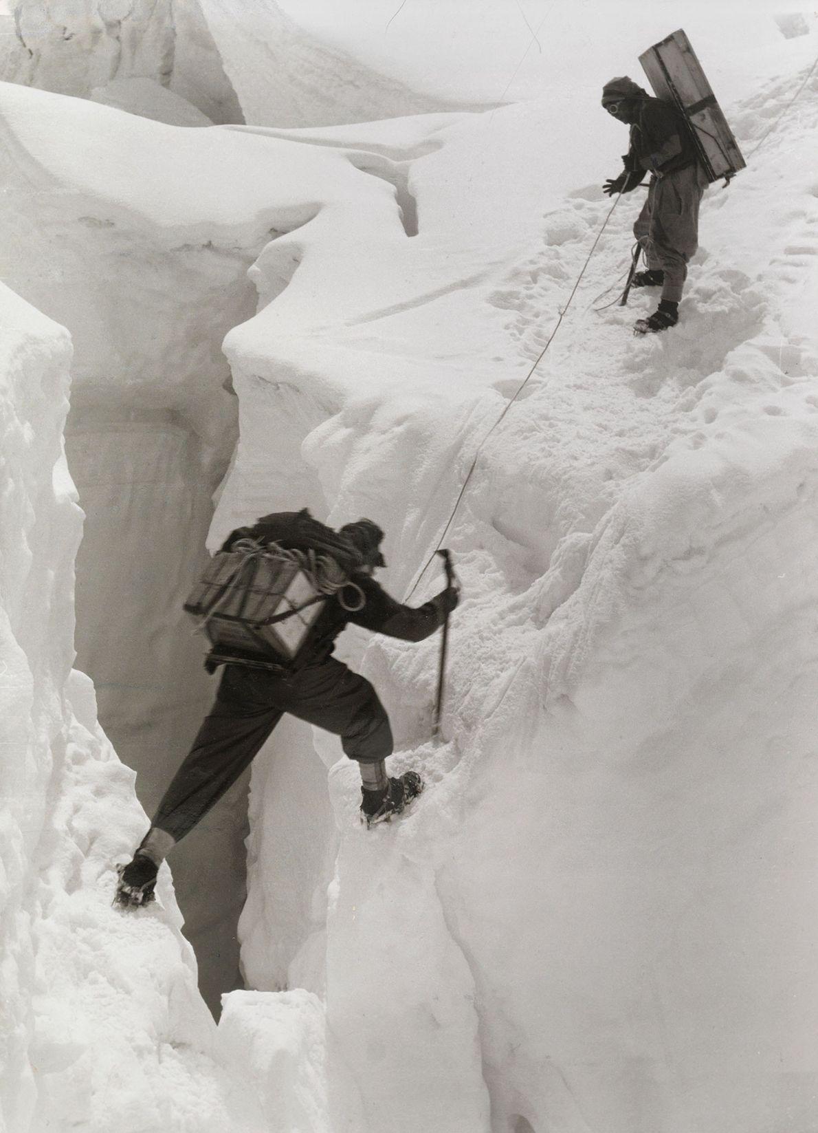 Dos sherpas cruzan una traicionera grieta