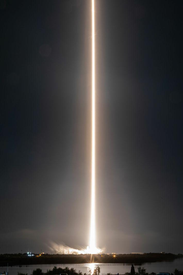 Un cohete Falcon 9 despega del Centro Espacial Kennedy