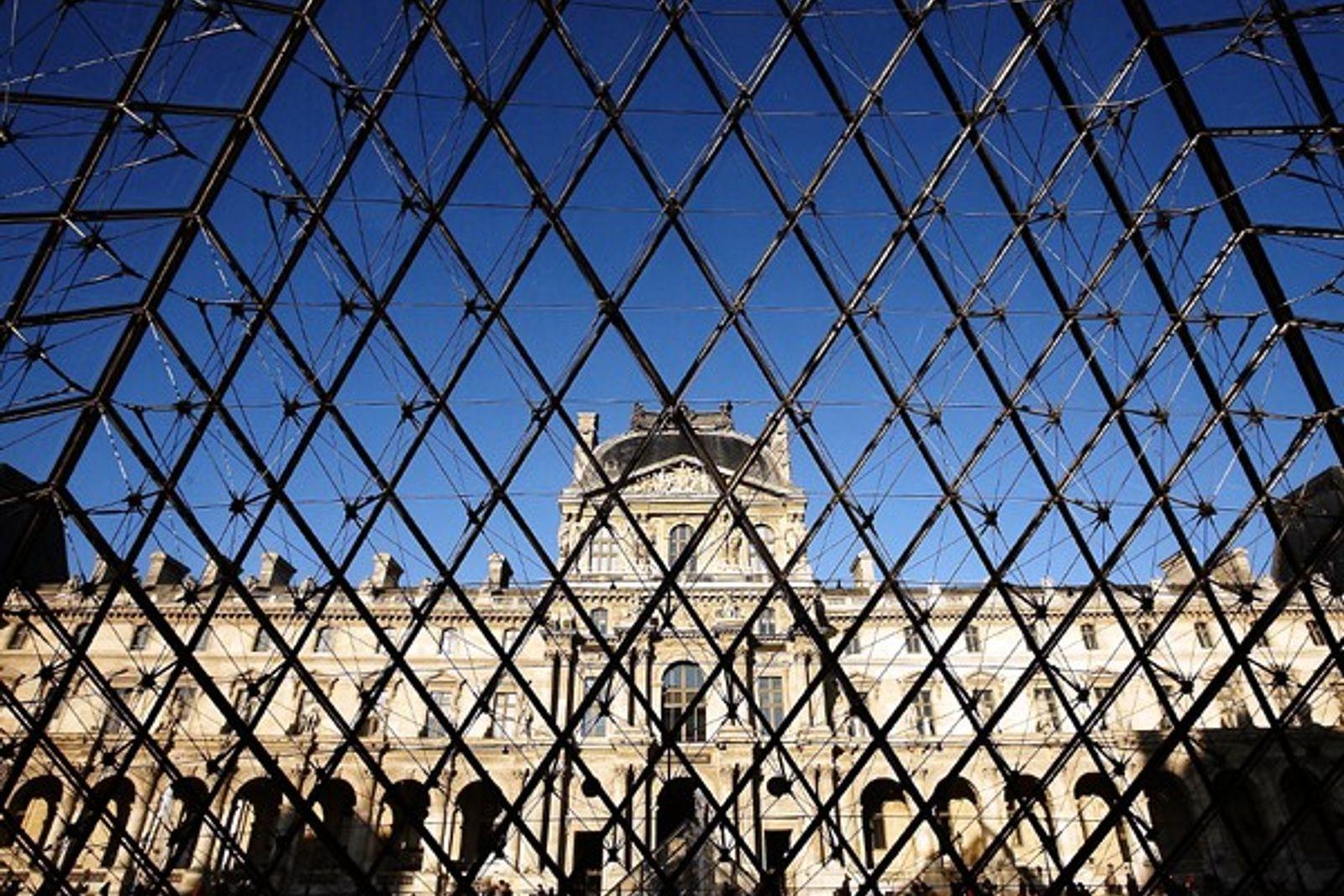 Pirámide del Museo del Louvre en París, Francia