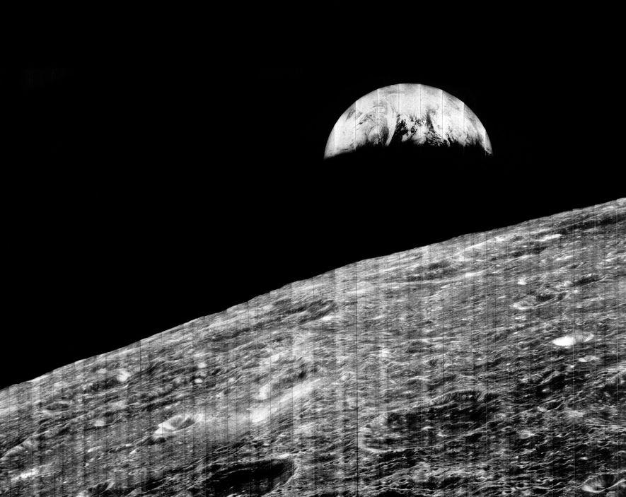 La Tierra «sale» sobre la luna en una famoso fotografía sacada por el Lunar Orbiter 1.