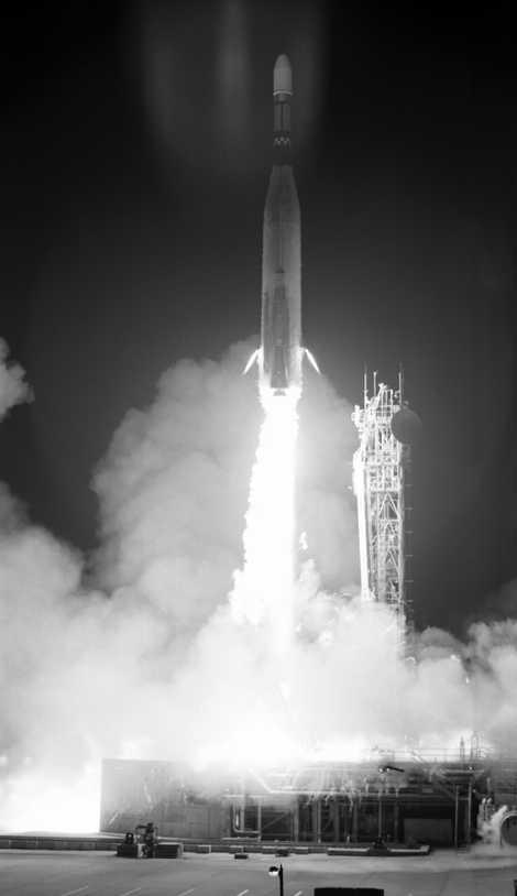 El cohete que transporta el Lunar Orbiter 3 despega de cabo Cañaveral.